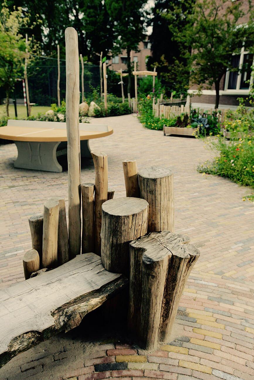 houten bank in natuurspeeltuin